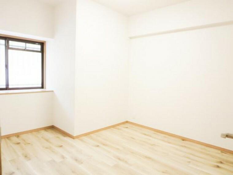 【リフォーム済】5.7帖洋室はカーペット敷きでしたが、フロアタイル床・天井・壁クロス張替え済です。収納は、西側にウオークインクローゼットがあり便利です。