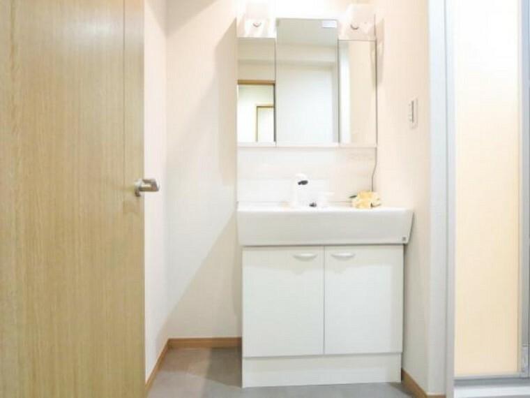 洗面化粧台 【リフォーム済】ハウステック製シャワー付き洗面化粧台を設置。便利な伸び縮みするシャワーヘッドに加え、三面鏡の中は、収納スペースで、整髪料などの小物も取り出しやすく散らかりません。