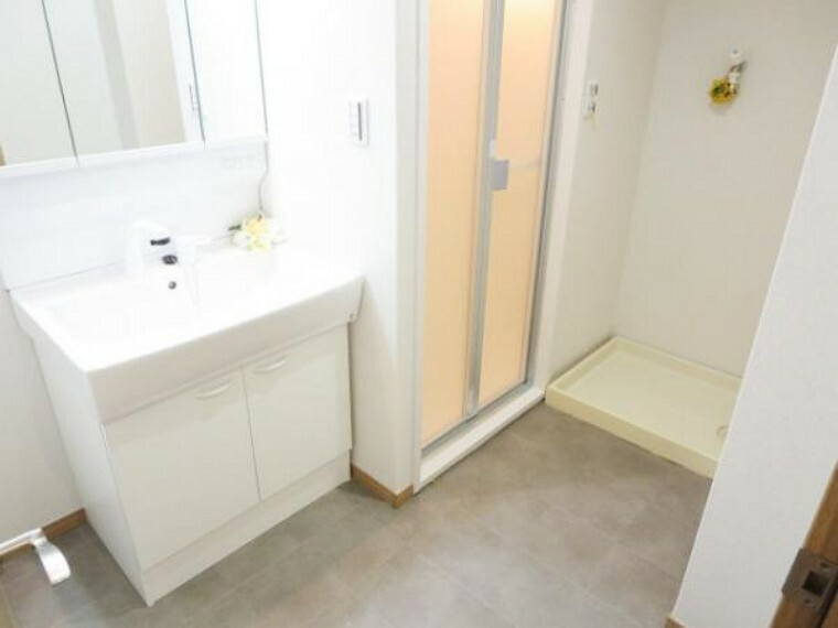 洗面化粧台 【リフォーム済】洗面脱衣所です。床は耐水性の高いクッションフロアを張り・天井・壁クロス張り替え済みです。そして、既存品ですが洗濯パンもあり洗濯機置きスペースも確保されていますので安心です。