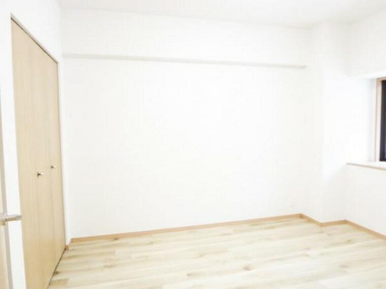 【リフォーム済】6.1帖洋室です。こちらもカーペット敷きでしたが、フロアタイル床・壁クロス張替え済です。備え付けのクローゼットがありますので、西側一面に収納できます。
