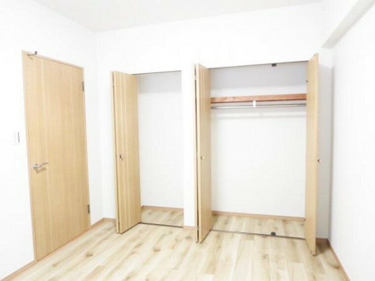 収納 【リフォーム済】6.1帖洋室の既存で備え付けのクローゼットです。V扉で開け閉めスムーズで、棚・ハンガーパイプ付きで使い易いですよ。内部の床・壁クロス張り替えしました。