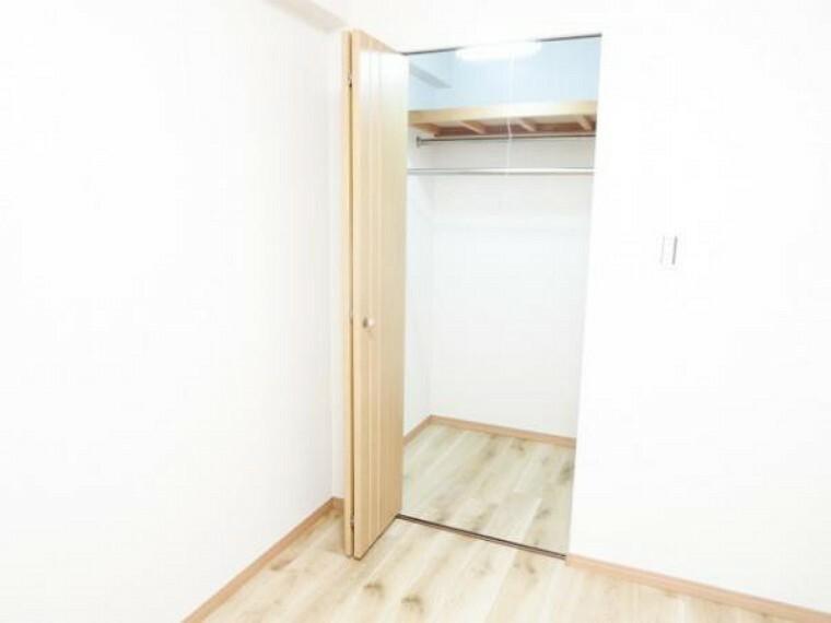 収納 【リフォーム済】5.7帖洋室の既存で備え付けのウォークインクローゼットです。V扉で、照明・棚・ハンガーパイプ付きで使いやすいです。内部の床・壁クロス張り替えしました。