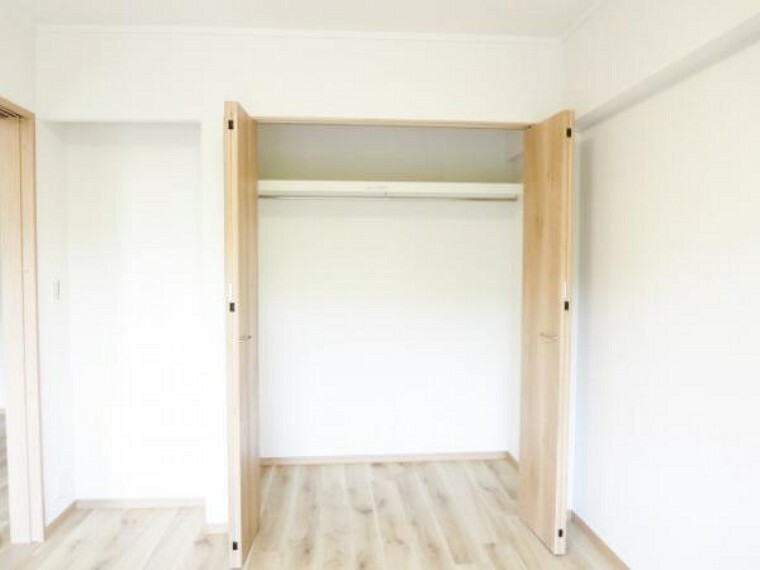収納 【リフォーム済】6帖洋室の東側の押し入れをクローゼットに作りかえました。W扉で開け閉めスムーズです。棚・ハンガーパイプも取り付け使いやすく、奥行きもあり収納ケースも収まります。