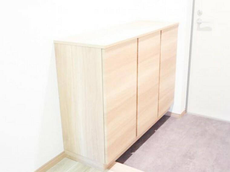 玄関 【リフォーム済】幅1200mmサイズの新品シューズBOX設置。開き戸タイプで収納しやすく、玄関まわりもスッキリと片付きます。棚板は、消臭機能付きシート仕上げで、嫌な臭いを低減します。
