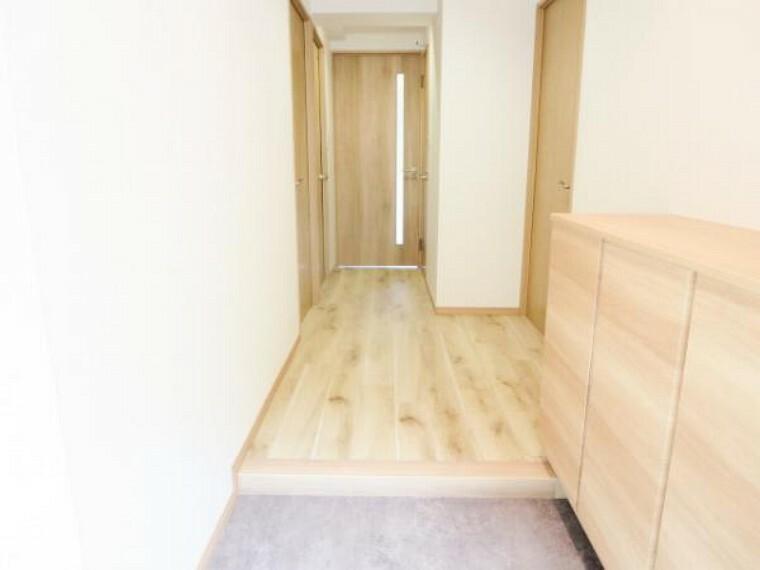 玄関 【リフォーム済】玄関ホールから廊下です。フロアタイル床・天井・壁クロス張り替えました。そして、正面リビングの出入り口ドアも交換しましたので、開け閉めスムーズです。