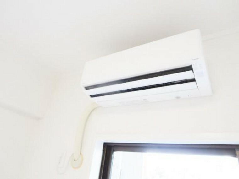 冷暖房・空調設備 【リフォーム済】6帖の洋室には、富士通製の新品エアコンを設置しました。引っ越しすぐでも使用できますので、快適ですよ。また、他部屋のエアコン設置も、別途承りますので担当へご相談下さい。