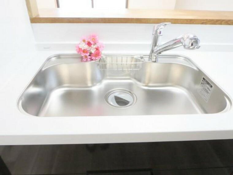 キッチン 【リフォーム済】キッチンのシンクはとても広く大きな鍋も洗いやすく、排水もスムーズです。また、水栓から出る水がシンクに当たる音を抑える防振シンクになっていますので快適です。浄水栓付き。