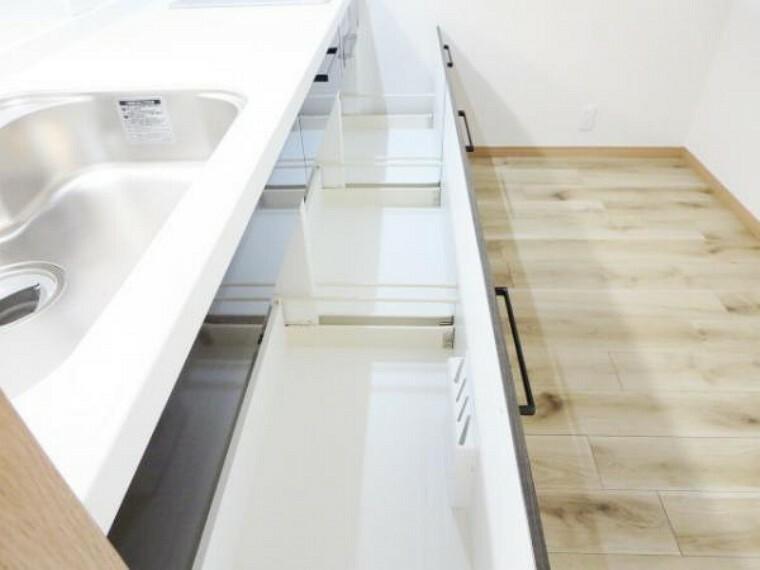 キッチン 【リフォーム済】ハウステック製の収納部分は引き出し式で、ソフトモーション機能付きでゆっくりと静かに閉まります。一升瓶や寸胴鍋のような背の高い物も収納出来、包丁差しもありスッキリ収まります。