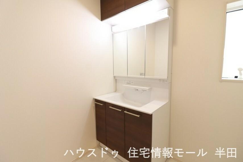 洗面化粧台 洗面とキッチンには床下収納があります 日用品のストックはこちらへ