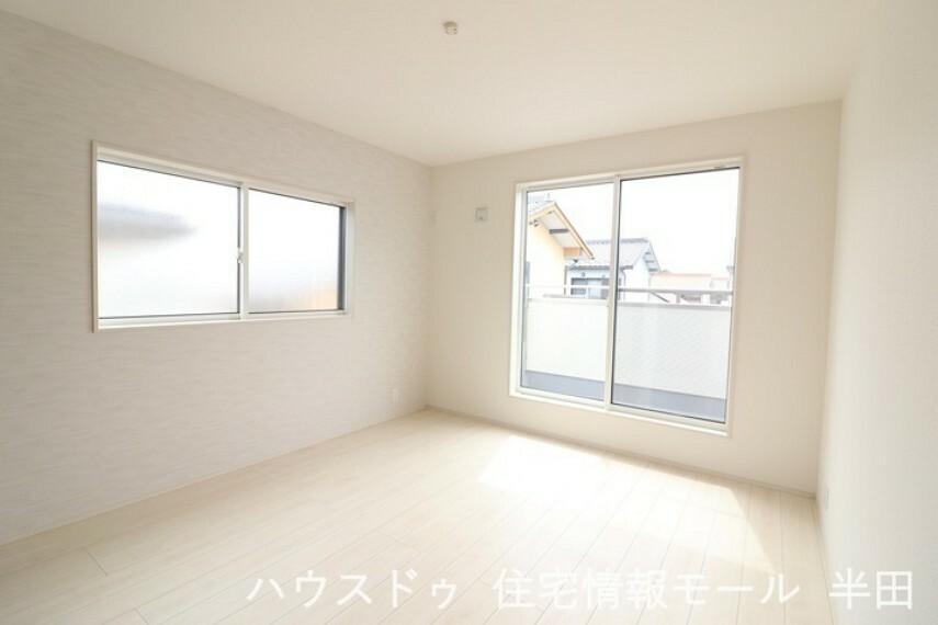 寝室 2階7帖洋室 バルコニーに面した2面採光の明るい居室です。