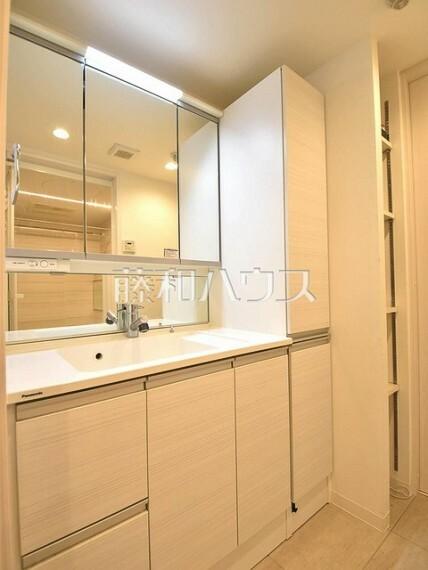 洗面化粧台 三面鏡付きの洗面台。鏡の裏にも収納があり、歯ブラシや化粧品等もすっきり収納できます。 【クラルテ武蔵野】