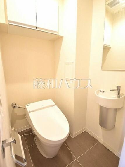 トイレ トイレは手洗い器や収納付きで機能的です。 【クラルテ武蔵野】