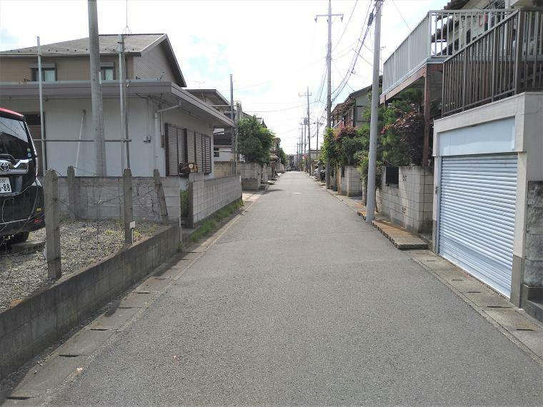 現況写真 前面道路は約5mの公道で安心です。閑静な住宅街ですので、交通量も少ない立地です。