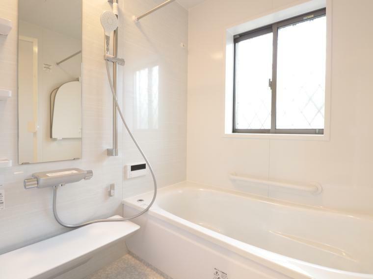同仕様写真(内観) 手入れがしやすく清潔感のある人造大理石の浴槽が標準仕様の浴室。梅雨や冬場に活躍する暖房換気乾燥機や手すりなどもついた安心仕様です。