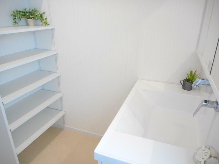 同仕様写真(内観) フジ設計企画ではデットスペースを極力なくし、収納スペースとして有効利用できるよう、ご提案させて頂きます。写真はお客様の声でよくある洗面所の収納です。