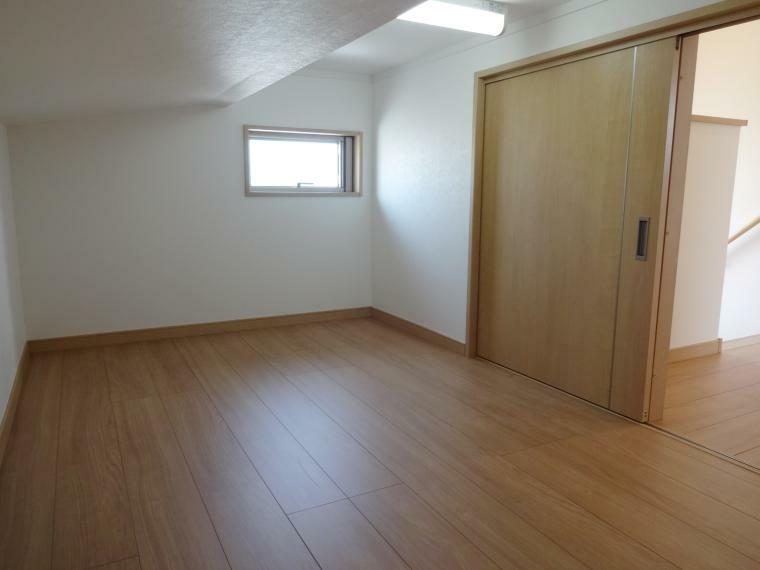 同仕様写真(内観) 小屋根裏収納庫(下屋裏収納庫)は一か所サービスとなります。こちらは出し入れのしやすい下屋裏収納庫となります。デッドスペースをうまく利用してください。