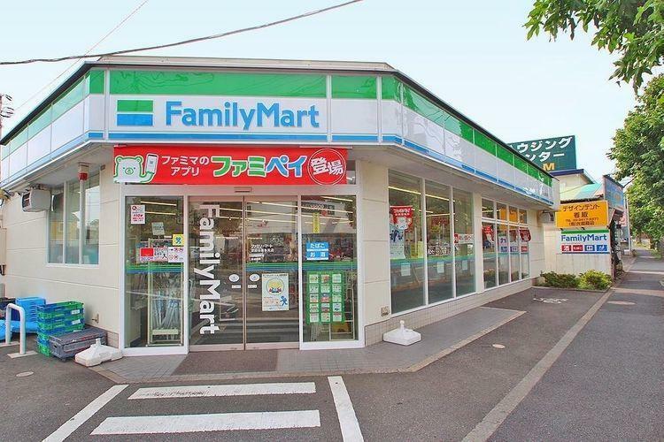 コンビニ ファミリーマート世田谷喜多見店 徒歩6分。