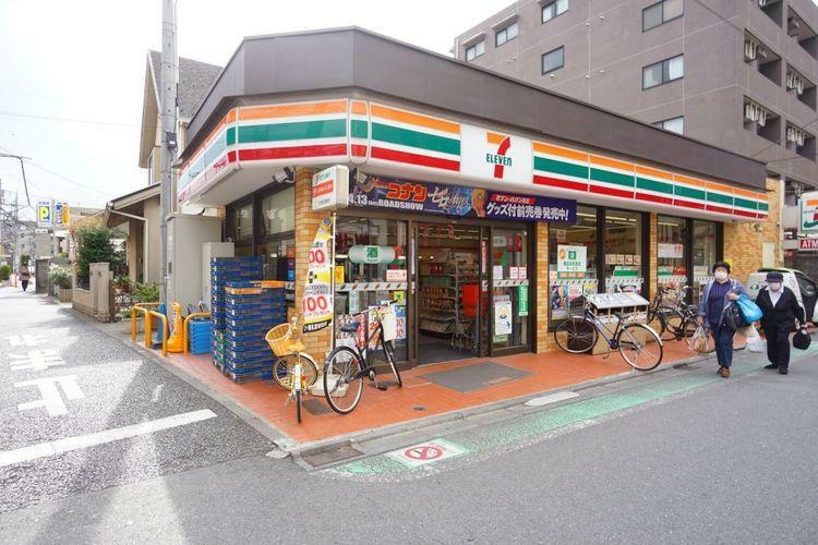 コンビニ セブンイレブン世田谷喜多見駅前店 徒歩9分。
