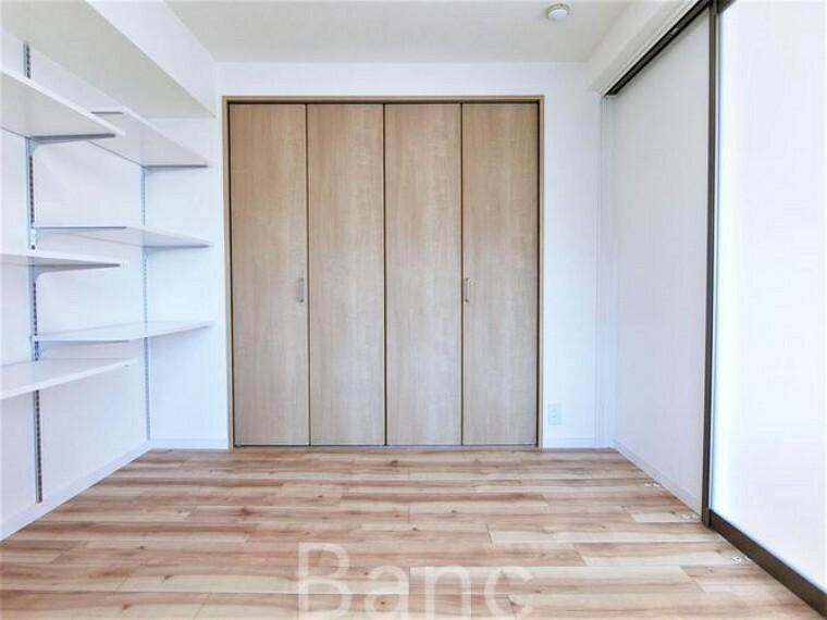 寝室 棚がたくさんあるので、見せる収納にトライもできますね