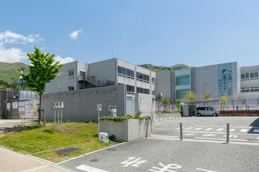 小学校 徒歩22分(約1740m)。大阪府の公立学校で初めての施設一体型小中一貫校です。小中学校教員の相互乗り入れ授業が採用されており、中学校へ進学した際スムーズに新しい環境に馴染むことができます。