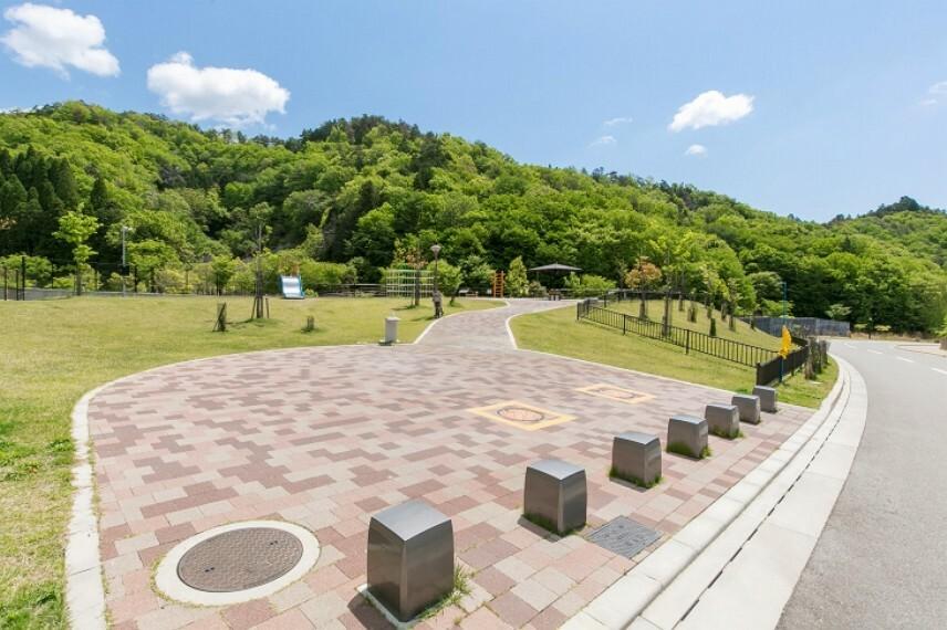 公園 徒歩2分(約120m)。緑に囲まれた開放的な雰囲気で大人も気軽にホッとくつろげる公園です。カラフルな滑り台やジャングルジムの遊具では、大木が木陰を作り夏場も涼しく日射を気にせず遊べそうです。
