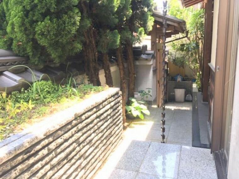 庭 玄関前スペースもゆったり作られています