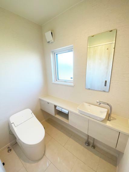 トイレ 横幅約1.3mの広々トイレには、収納付きの手洗いカウンターを設置。手が届く位置にあるので、とても便利です。