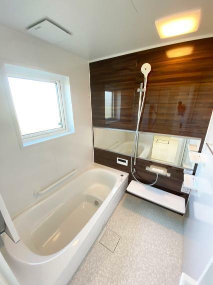 浴室 浴室は、快適機能を重視し、節水と適度な刺激感を両立した『コンフォートウェーブシャワー』を採用。床材は断熱材の入った『ほっカラリ床』にしています。