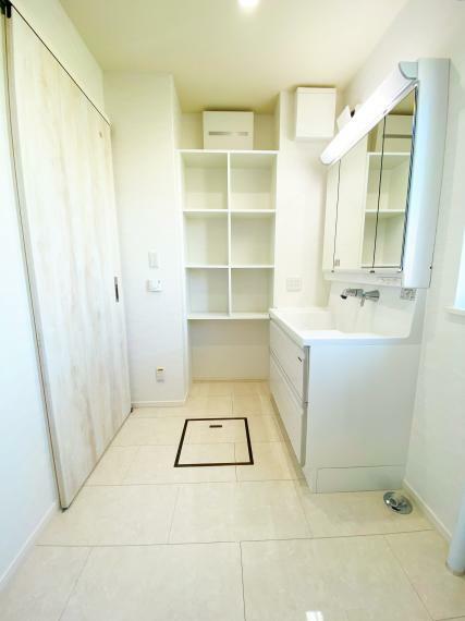 脱衣場 洗面所には、タオルや洗剤を収納出来る造作棚を設置。 ボックスに入れた部屋着や下着を置いても良いですね。