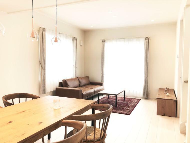居間・リビング 【リビングイメージ】 キッチンからはリビングと洋室を眺められる場所に位置しており、小さなお子様が居ても目が行き届く、安心の設計です。 リビング部分のみ高天井になっており、開放感がアップします。