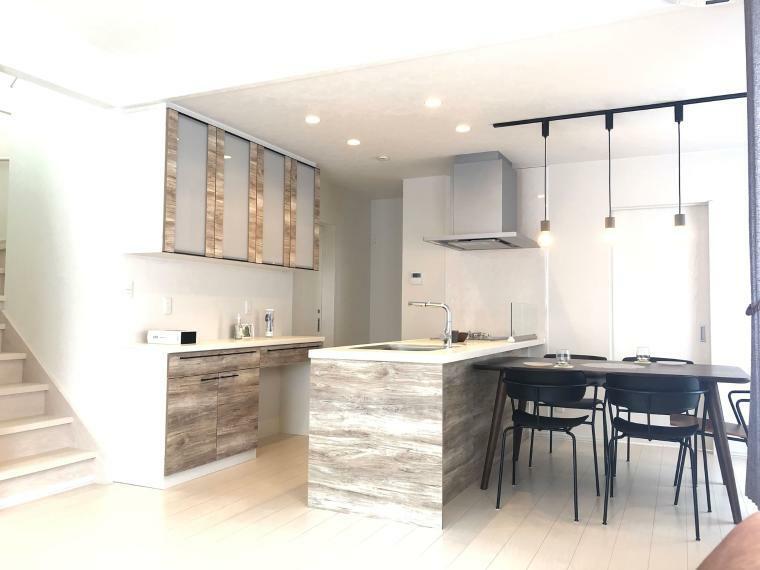 ダイニングキッチン 【キッチンイメージ】 キッチン前に壁がなくフラットなので、広々とした空間のダイニングキッチンです。