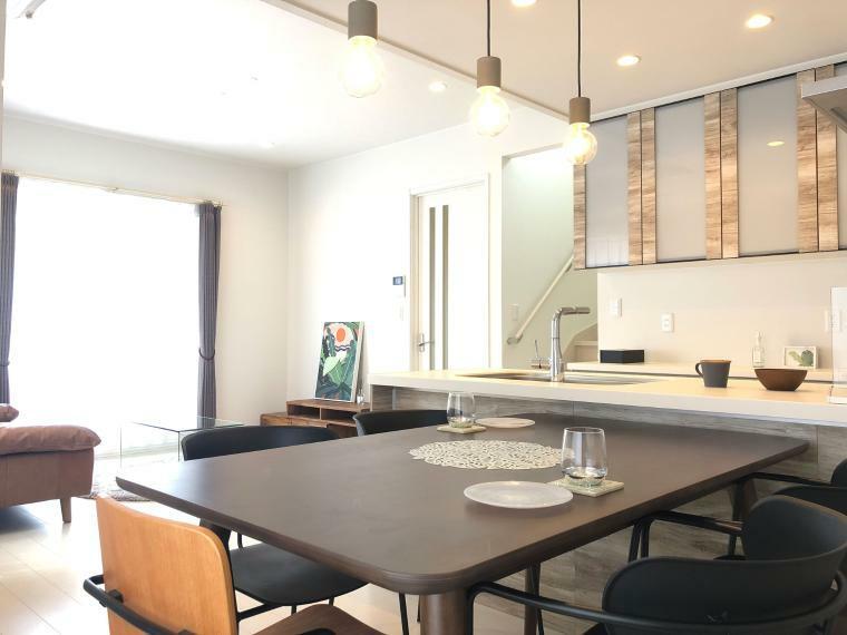 居間・リビング 【リビングイメージ】 オープンキッチンを中心に、家族が会話のしやすい間取りです。 リビング部分のみ高天井になっており、開放感がアップします。