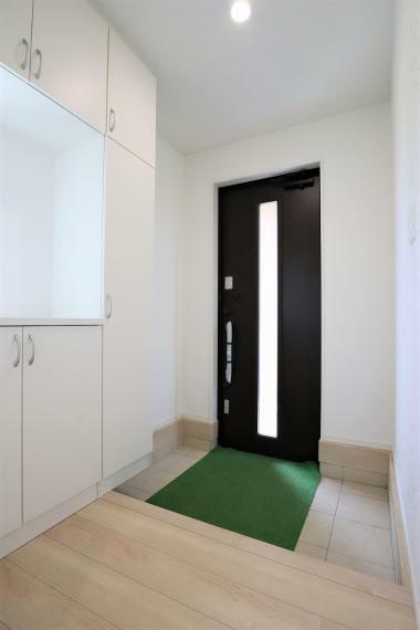 玄関 【1号棟】玄関収納・人感センサー付玄関灯・電子キー