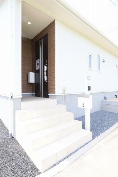 玄関 【1号棟】TVモニター付きインターホン・ポスト・宅配ボックス・EVコンセント・散水栓