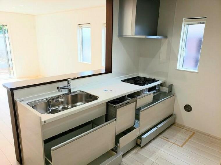 見晴町A号棟 キッチン 同仕様施工例・・・3口コンロのシステムキッチンです。収納が多く、大きなお鍋も楽々収納できますよ。