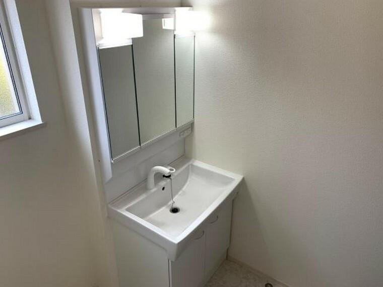 見晴町A号棟 洗面・・・三面鏡の裏は収納になっており、洗面台まわりを綺麗に片づけることができます。