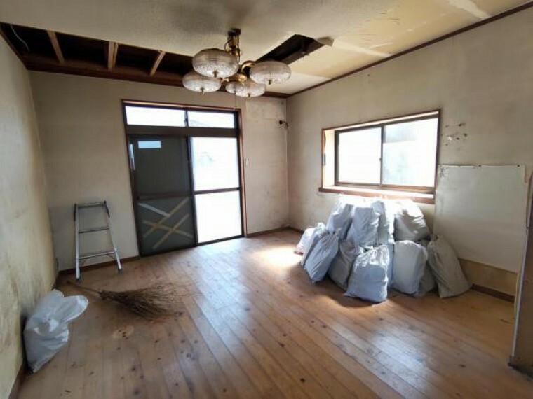 居間・リビング 【リフォーム中】1階玄関横にあるリビングです。壁・天井のクロスと床のフローリングを張替え予定です。