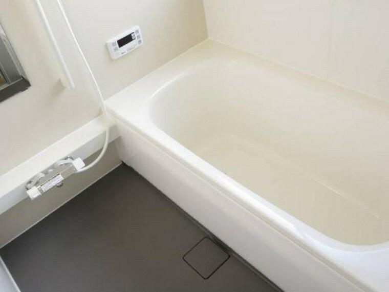 専用部・室内写真 【同仕様写真】浴室はハウステック製の新品のユニットバスに交換します。足を伸ばせる1坪サイズの広々とした浴槽で、1日の疲れをゆっくり癒すことができますよ。