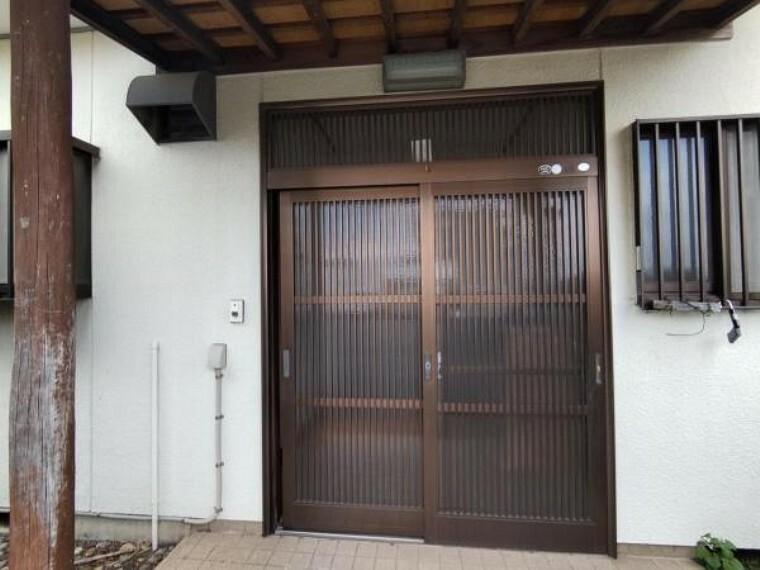 玄関 【リフォーム中】玄関扉は鍵交換およびクリーニングを致します。玄関下屋と柱は新しく塗装を施します。