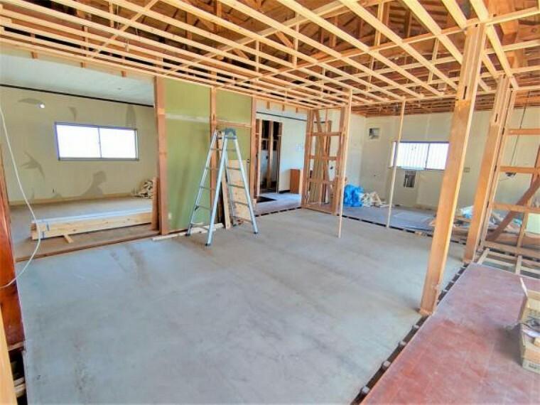 和室 【リフォーム中】西側の和室は洋室に生まれ変わります。全部屋フローリングになるので、用途に制限なく住みやすい形になりますね。