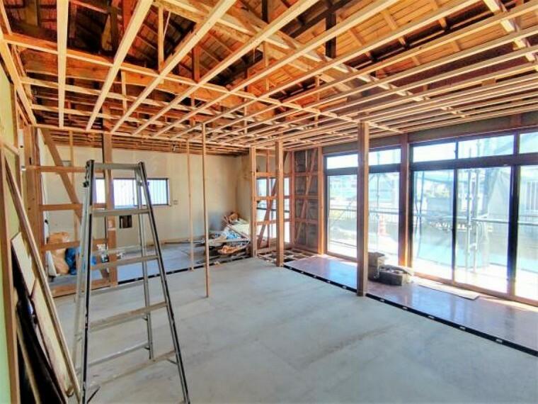 和室 【リフォーム中】西側和室の別角度の写真です。抜けない柱はそのまま残し、なるべく広く空間を確保致します。お部屋としても、繋げてリビングとしても利用できます。