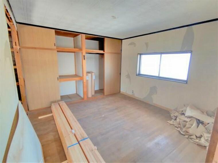 洋室 【リフォーム中】8帖洋室の写真です。フローリングは新しく重ね張り致します。天井のクロスはクリーニング、それ以外の壁のクロスは新しく張替を致します。