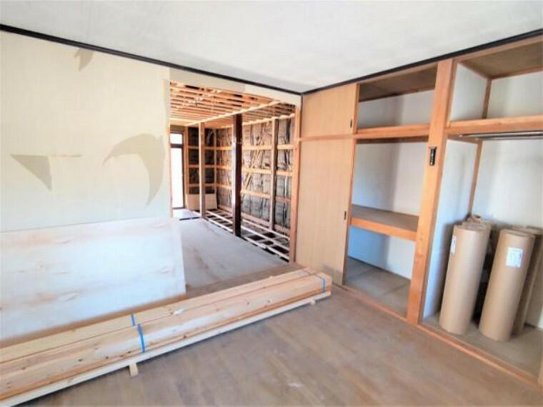 洋室 【リフォーム中】洋室の別角度からの写真です。床は住友林業様のちょっとリッチな床材に重ね張り致します。8帖の広さがあり、押入も備付けで収納にも困らないですね。