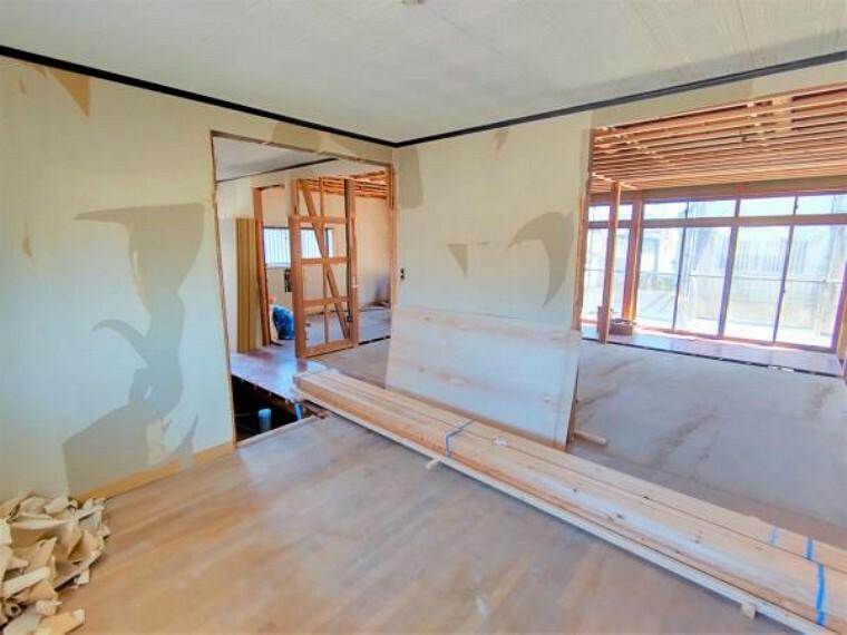 洋室 【リフォーム中】洋室の別角度からの写真です。現状の和室との境の建具は撤去して、新品の建具に交換致します。独立したお部屋としてプライベートな空間を確保できます。