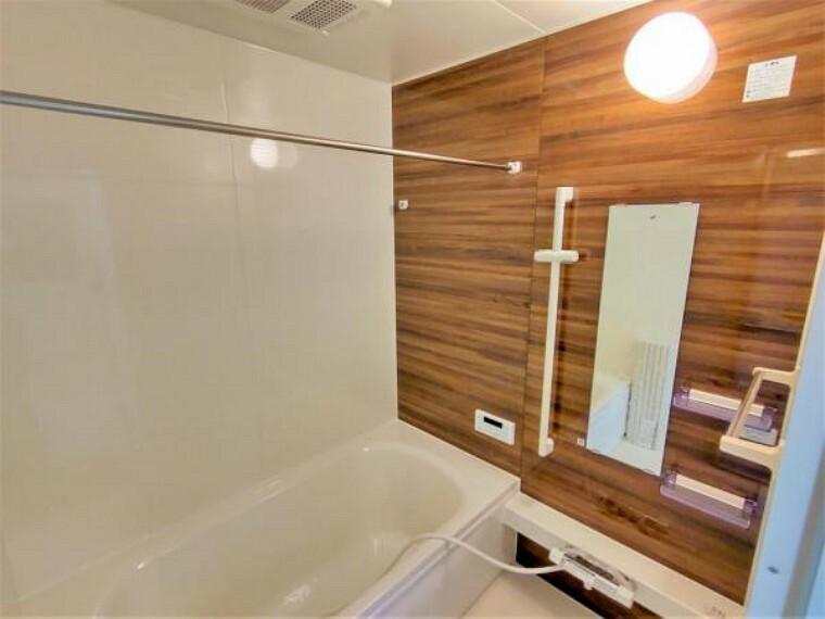 浴室 【リフォーム済】浴室はハウステック製の新品のユニットバスに交換します。足を伸ばせる1坪サイズの広々とした浴槽で、1日の疲れをゆっくり癒すことができますよ。