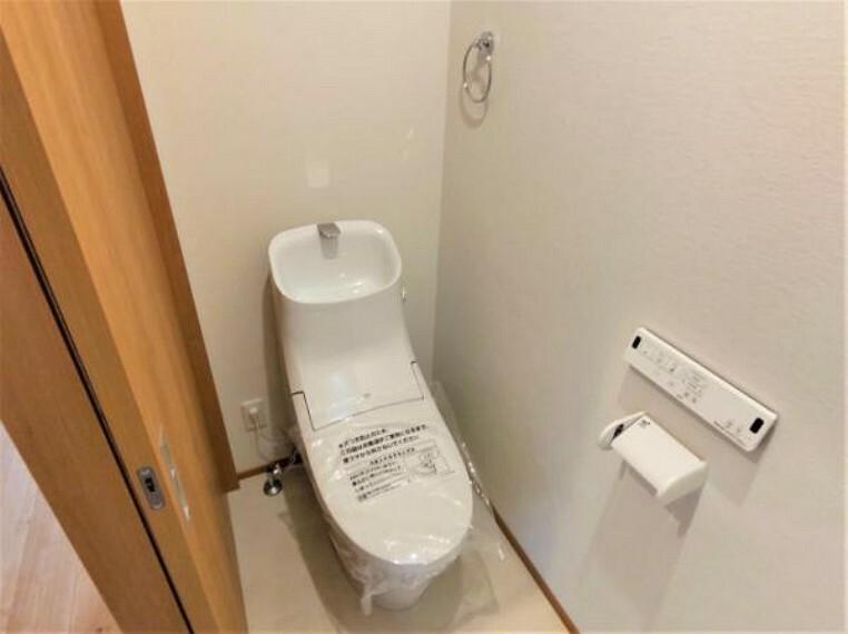 トイレ 【リフォーム済】トイレはLIXIL製の温水洗浄機能付きに新品交換します。キズや汚れが付きにくい加工が施してあるのでお手入れが簡単です。直接肌に触れるトイレは新品が嬉しいですよね。