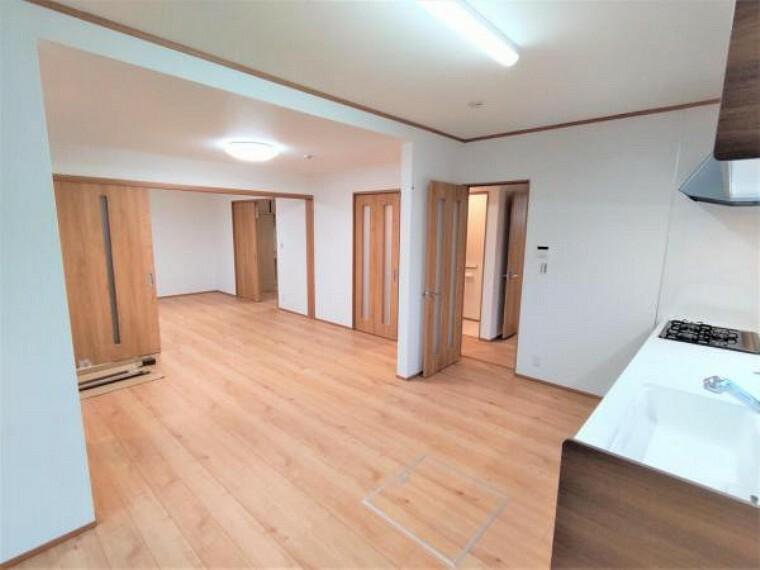 洋室 【リフォーム済】和室は洋室に変更致します。間仕切りを開けると隣のLDKとつなげげることができます。