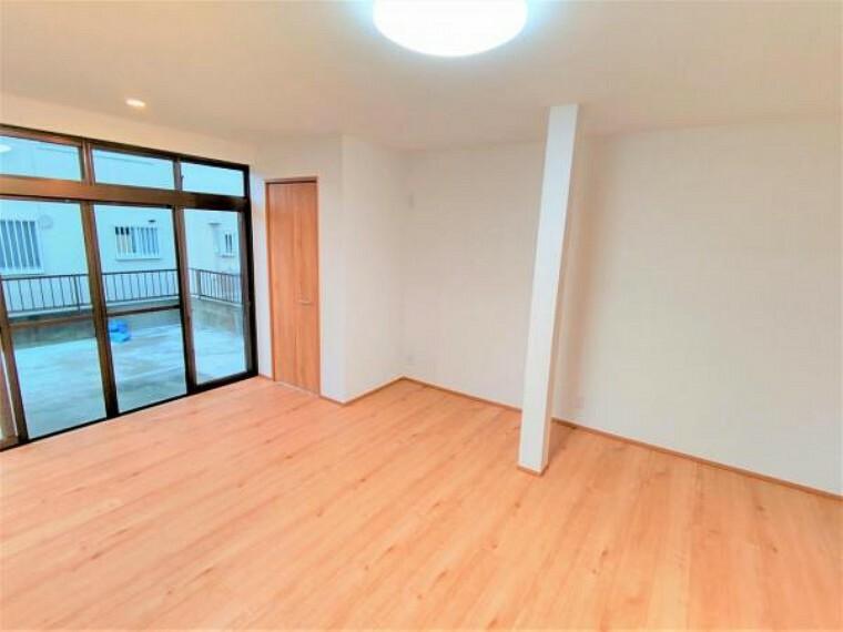 洋室 【リフォーム済】西側の和室は洋室に生まれ変わります。全部屋フローリングになるので、用途に制限なく住みやすい形になりますね。