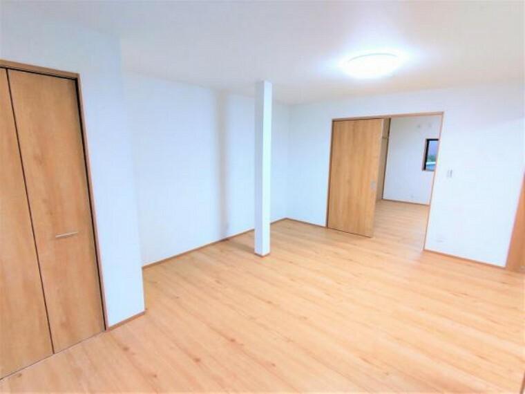 洋室 【リフォーム済】西側和室の別角度の写真です。抜けない柱はそのまま残し、なるべく広く空間を確保致します。お部屋としても、繋げてリビングとしても利用できます。