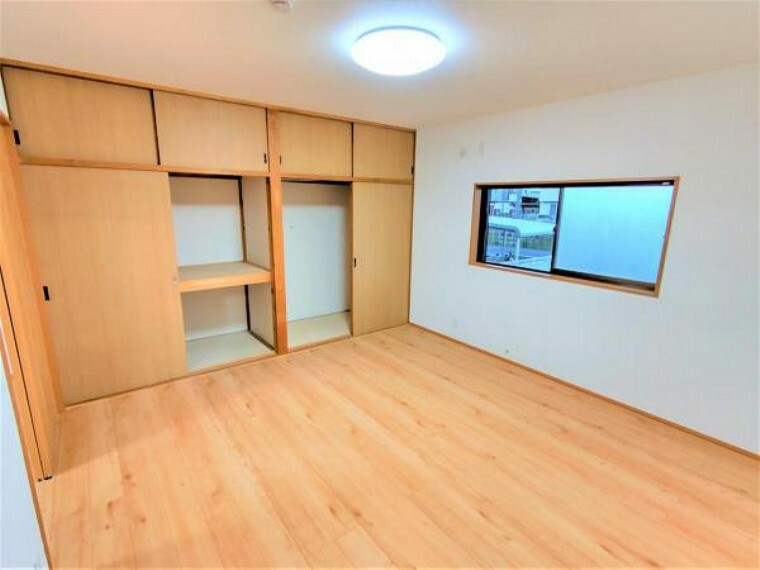 洋室 【リフォーム済】8帖洋室の写真です。フローリングは新しく重ね張り致します。天井のクロスはクリーニング、それ以外の壁のクロスは新しく張替を致します。